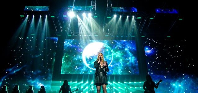 HALESTORM's LZZY HALE Performs With TRANS-SIBERIAN ORCHESTRA In Cleveland; Video, Photos